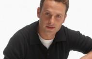 Andrew Linconl Compartilha a Essência do seu papel na Série