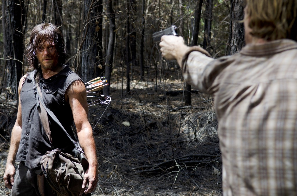 the-walking-dead-s06e06-norman-reedus-daryl-na-floresta-001