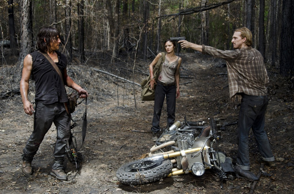 the-walking-dead-s06e06-norman-reedus-daryl-na-floresta-002