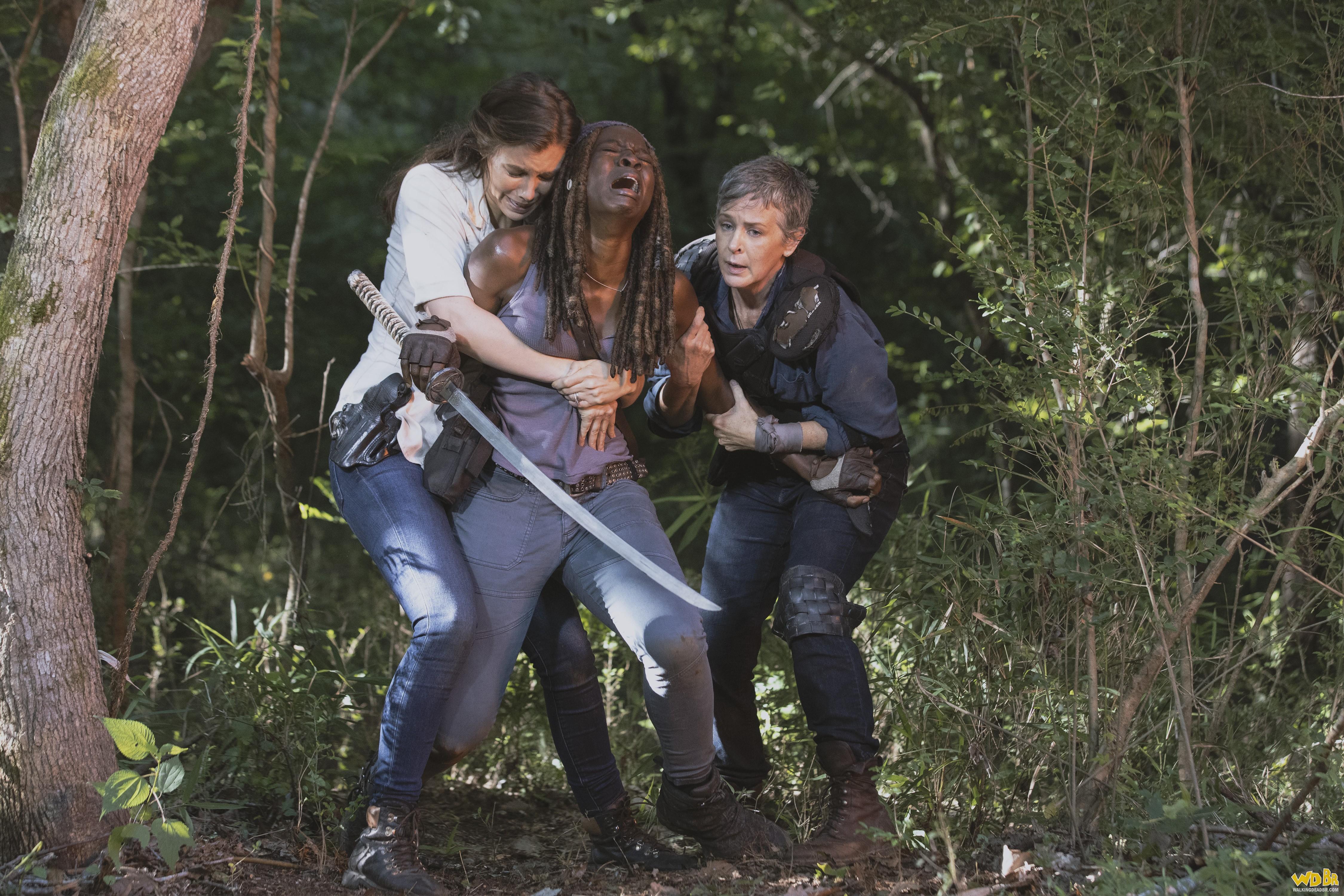 Michonne, Maggie e Carol chorando quando viram que a ponte explodiu
