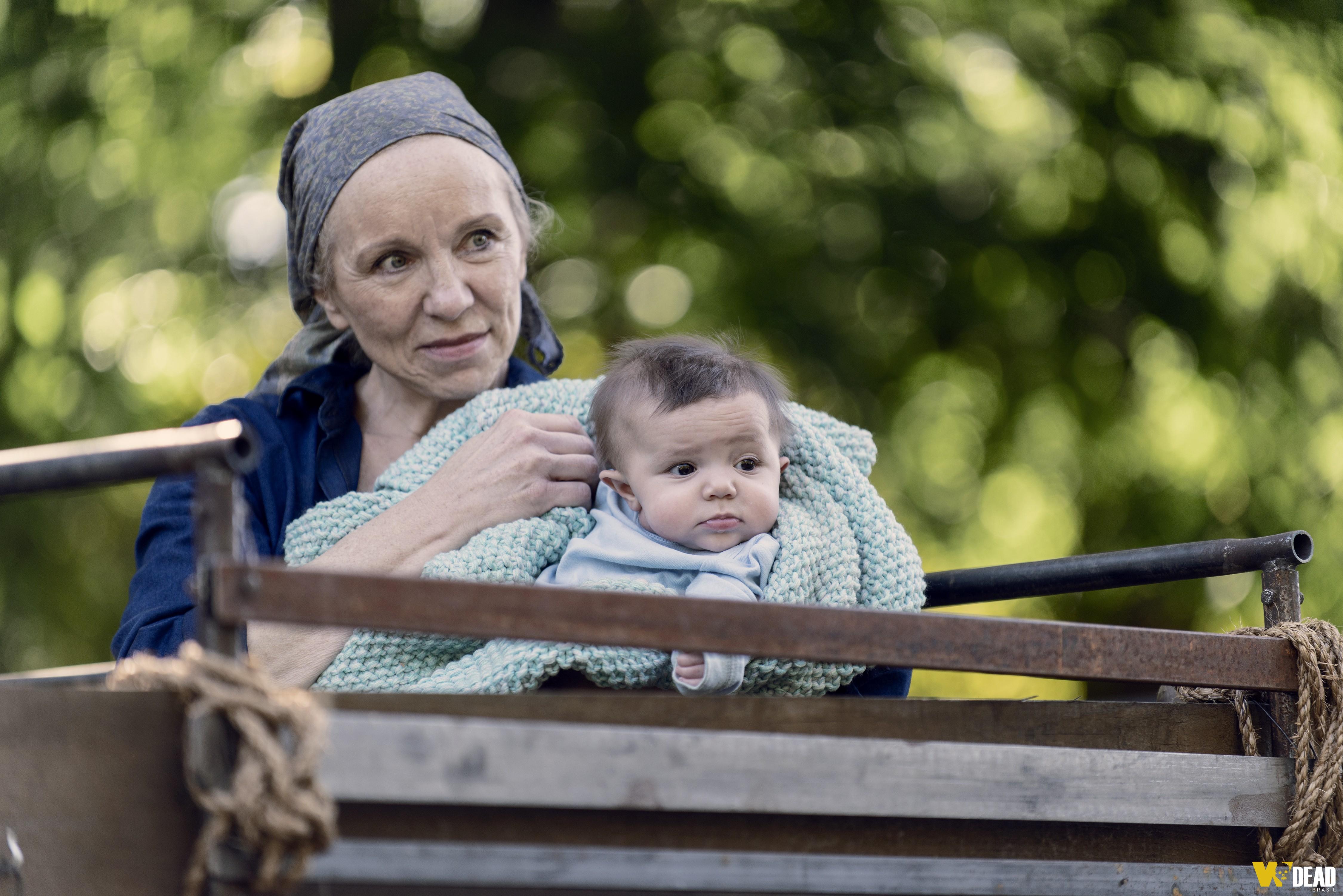 Tammy está nas ruas com o bebê abandonado.