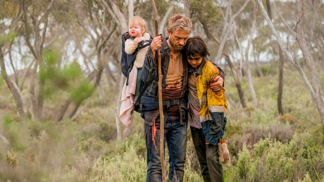 protagonistas do filme Cargo juntos tentando sobreviver ao apocalipse de zumbis