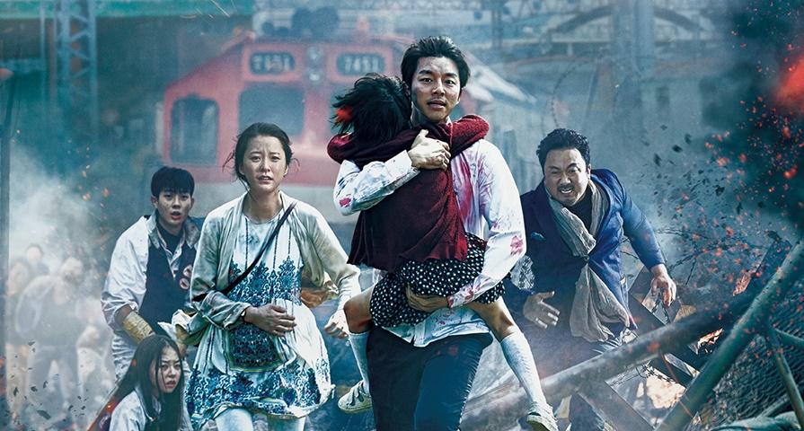 protagonistas do filme Invasão Zumbi correndo para fugir da horda de zumbis que os perseguem