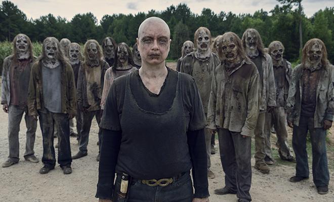alpha e os sussurradores em frente a hilltop em episódio de the walking dead