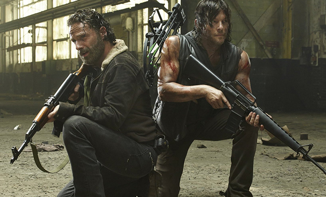 Rick e Daryl armados e prontos para o combate em imagem promocional de The Walking Dead