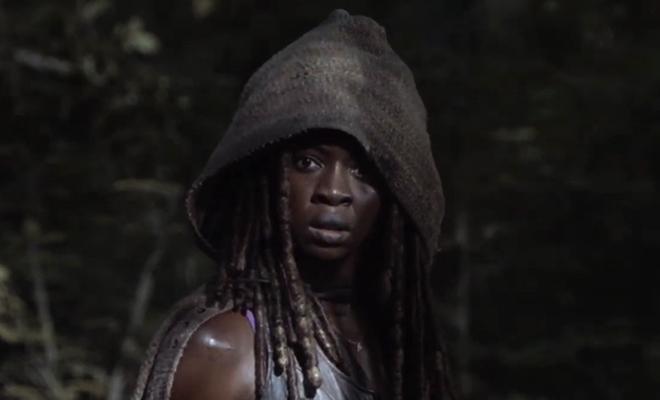 Michonne encara assustada Andrea ser devorada pelos zumbis em cena do episódio 13 da 10ª temporada de The Walking Dead