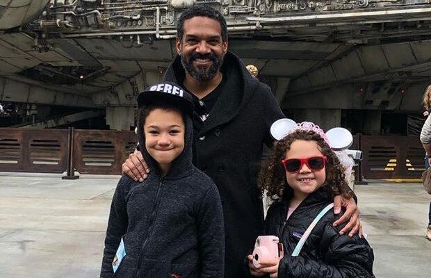 Khary Payton, o Rei Ezekiel de The Walking Dead, com os filhos no Star Wars: Galaxy's Edge