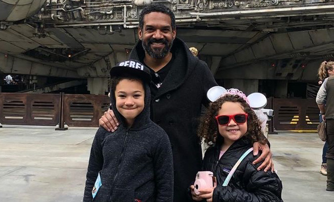 Khary Payton, o Rei Ezekiel de The Walking Dead, com os filhos no Star Wars: Galaxy's Edge