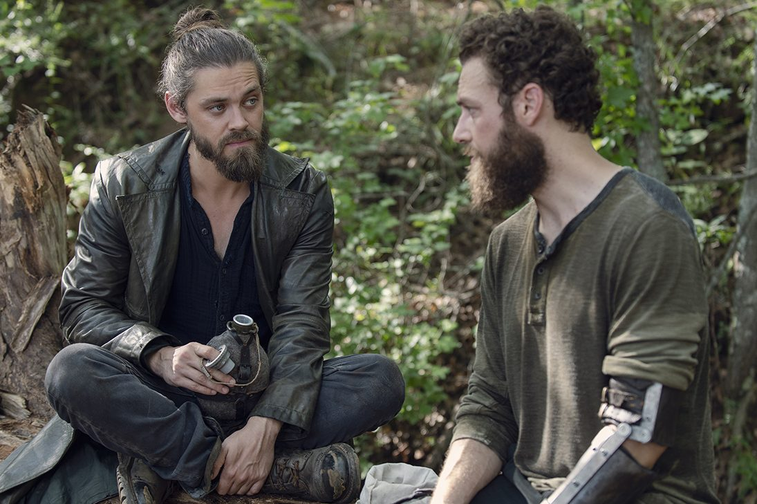 jesus e aaron conversando na 9ª temporada de the walking dead