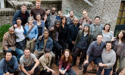 muitos atores de the walking dead reunidos durante os bastidores das gravações da série