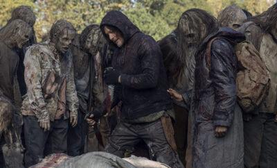 daryl entre os zumbis em foto do último episódio da 10ª temporada de the walking dead