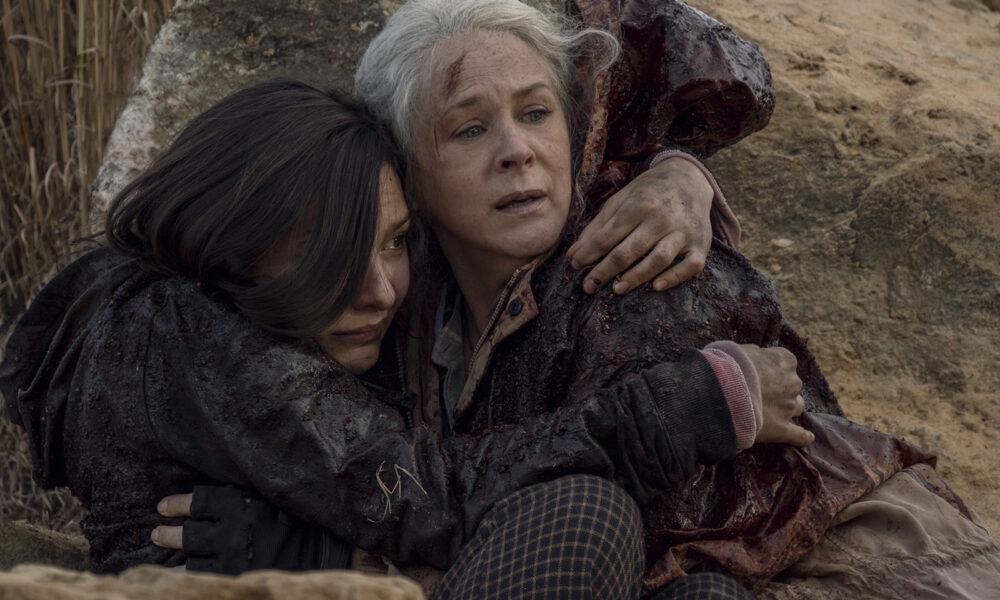 Carol e Lydia juntas no chão se protegendo da horda de zumbis no 16º episódio da 10ª temporada de The Walking Dead