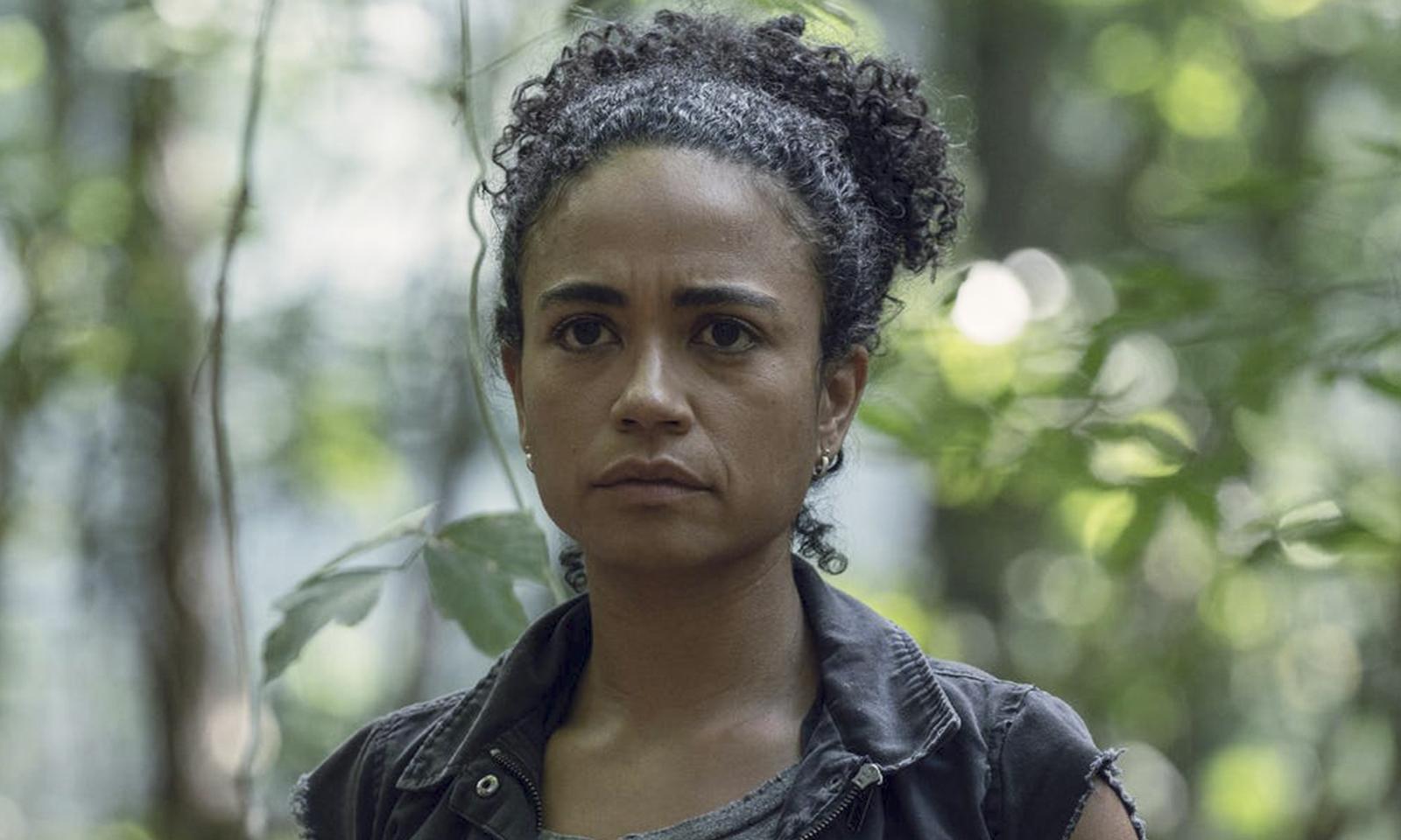 Connie na floresta em imagem da 10ª temporada de The Walking Dead