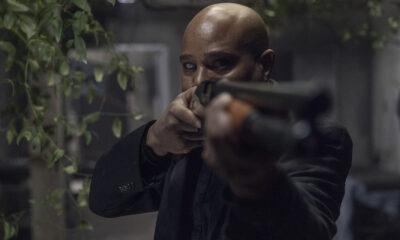 gabriel segurando uma arma em imagem do 16º episódio da 10ª temporada de The Walking Dead