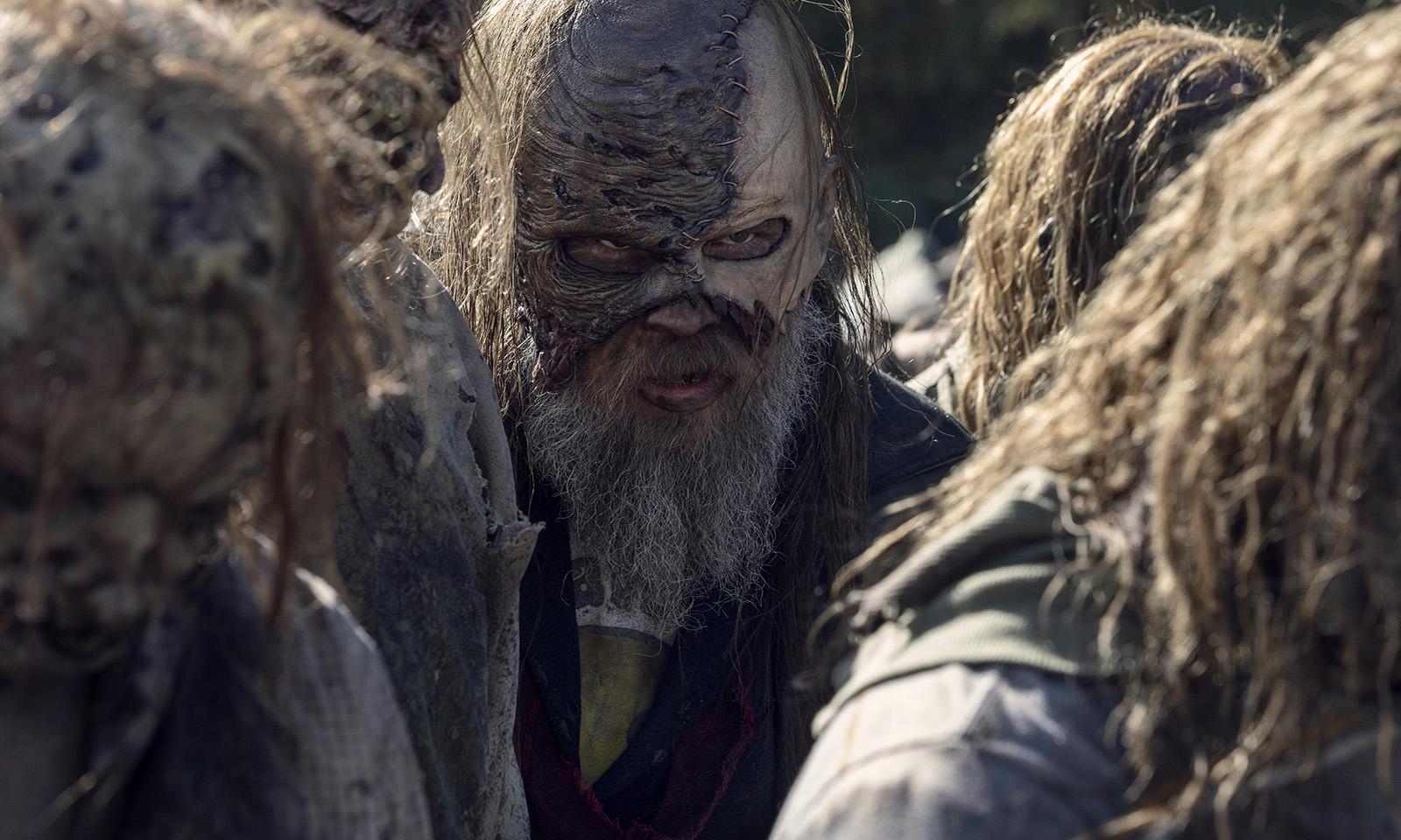 Beta no meio da horda de zumbis em imagem do episódio 16 da 10ª temporada de The Walking Dead