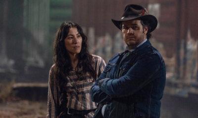 """Yumiko e Eugene esperando por Stephanie nos trilhos de trem em imagem do episódio """"A Certain Doom"""" da 10ª temporada de The Walking Dead"""