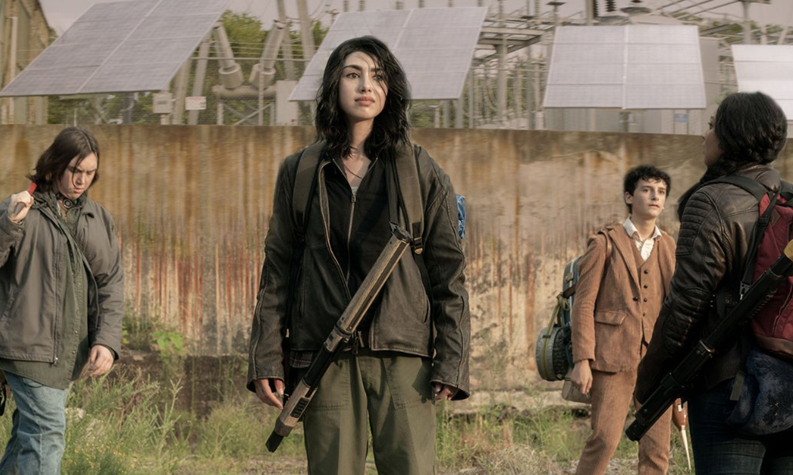 Iris, Hope, Elton e Silas juntos no lado de fora do Campus Colony em imagem do primeiro episódio da 1ª temporada de The Walking Dead: World Beyond