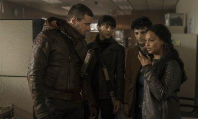 Felix, Huck, Elton e Iris falando com Hope ao walkie talkie em imagem do episódio 3 da 1ª temporada de TWD World Beyond