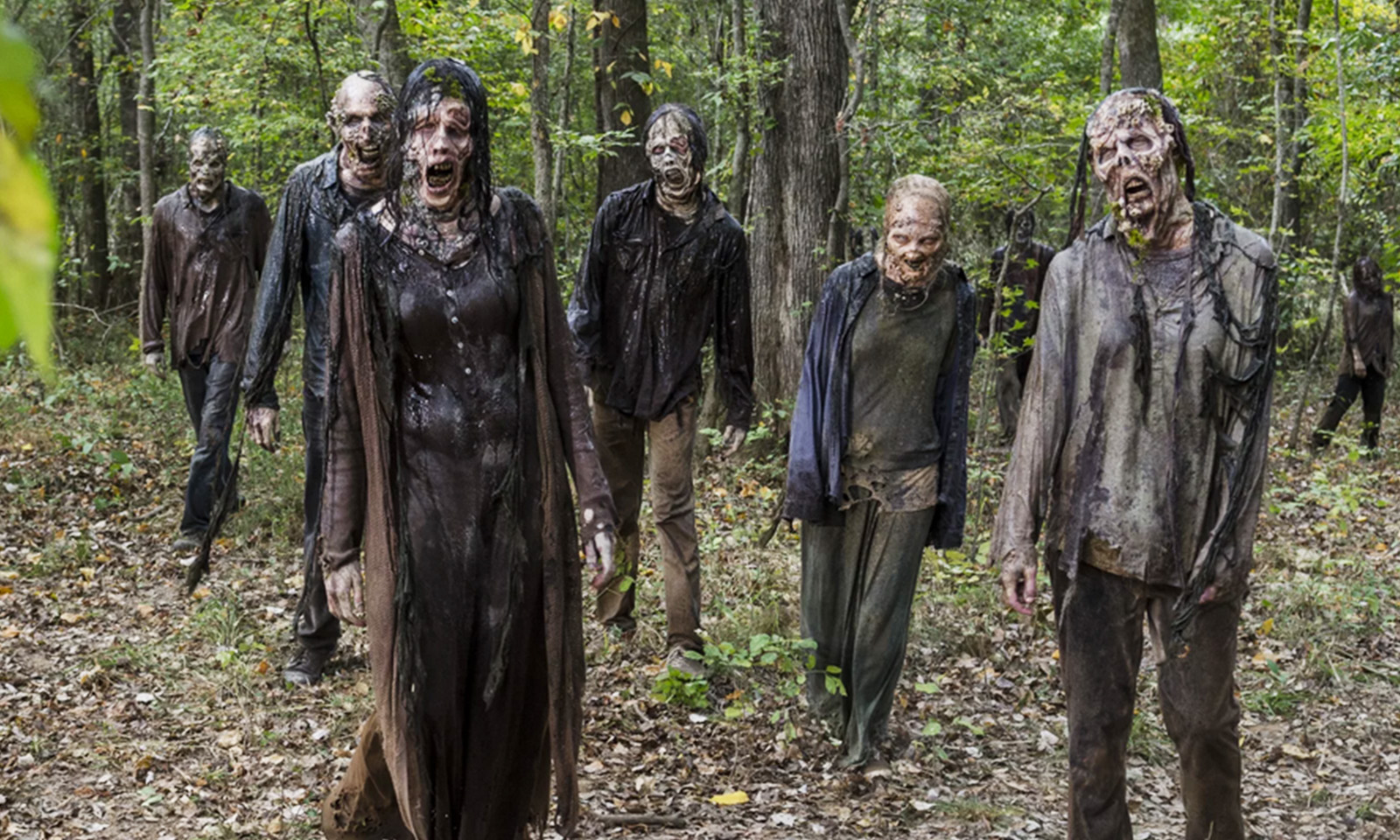 zumbis na floresta em cena de the walking dead