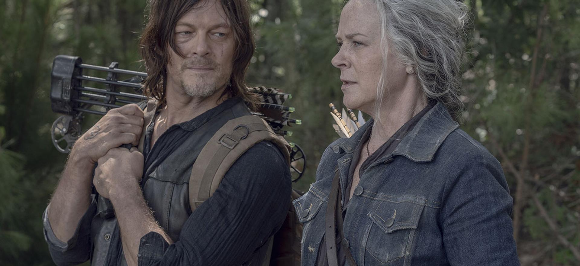 Daryl e Carol conversando e observando em cena da 10ª temporada de The Walking Dead