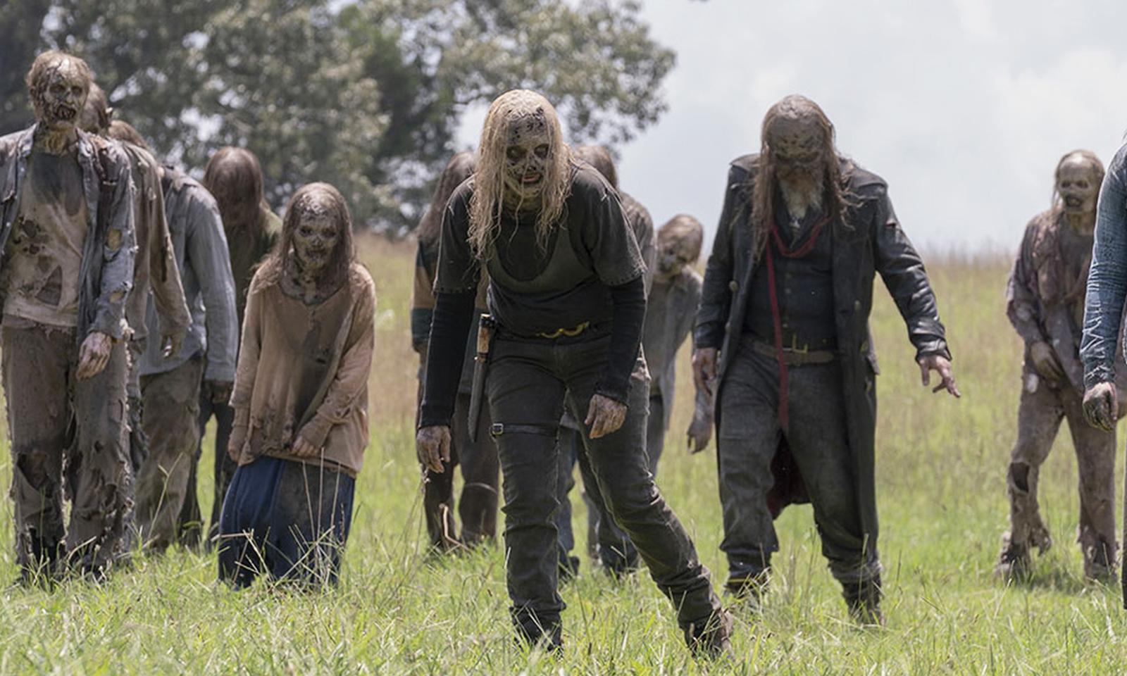 Alpha e Beta caminhando entre a horda de zumbis em cena da 10ª temporada de The Walking Dead