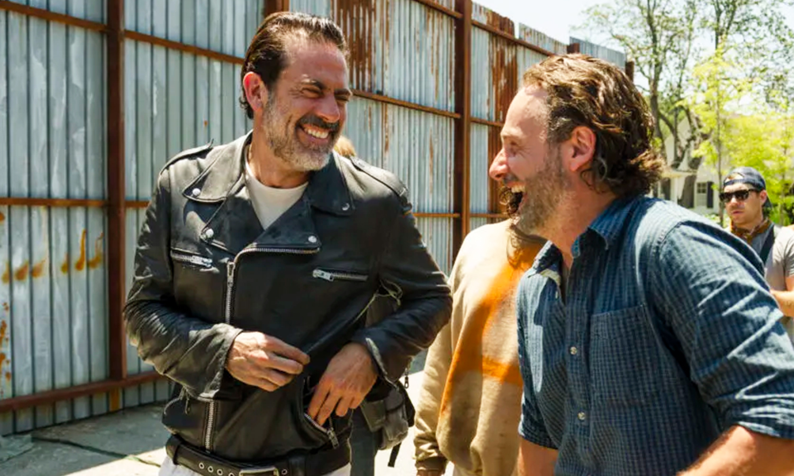 Jeffrey Dean Morgan (Negan) e Andrew Lincoln (Rick) sorrindo durante os bastidores da 7ª temporada de The Walking Dead