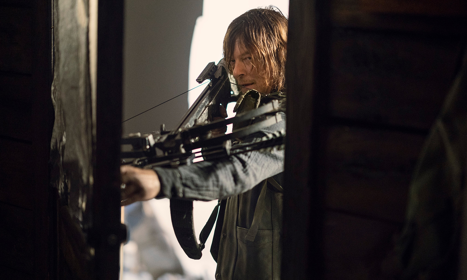 daryl armado em imagem dos episódios extras da 10ª temporada de The Walking Dead