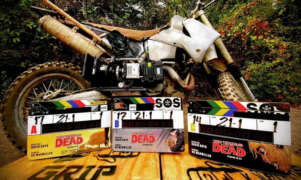 claquetes de The Walking Dead ao lado da moto de Daryl Dixon no set de filmagens