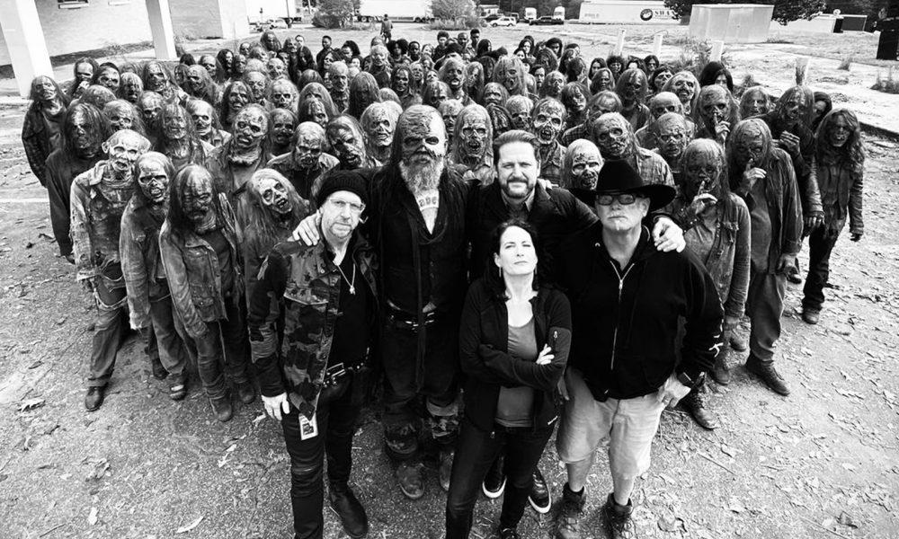 Duane Charles Manwiller ao lado do ator que interpretou Beta e vários zumbis e sussurradores nos bastidores de The Walking Dead