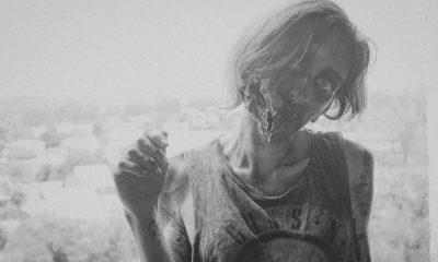 pessoa maquiada de zumbi representando The Walking Dead em imagem preto e branco