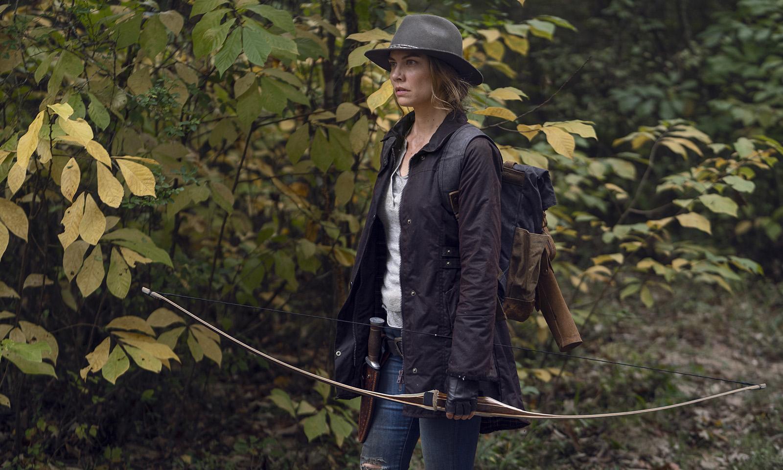 Maggie na floresta segurando seu arco em imagem do episódio Home Sweet Home da 10ª temporada de The Walking Dead
