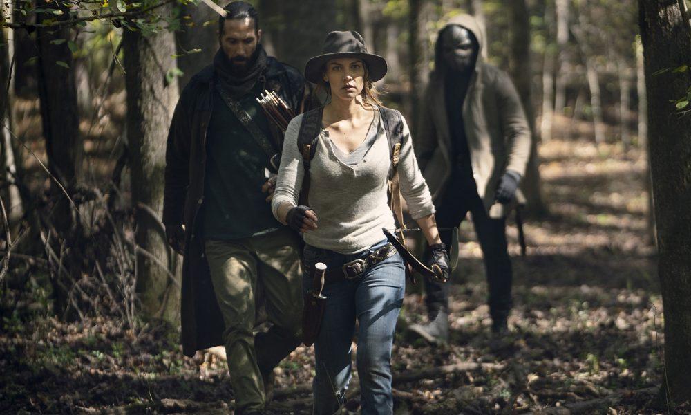Maggie, Cole e Elijah andando na floresta em imagem do 17º episódio da 10ª temporada de The Walking Dead