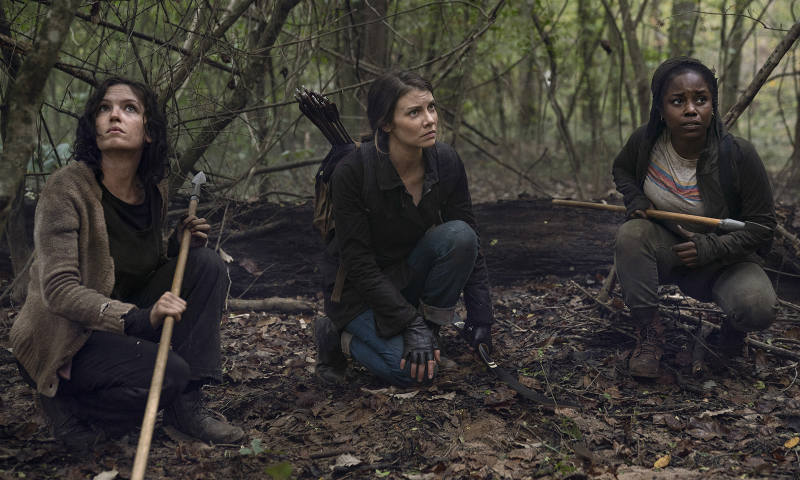 Ainsley, Maggie e Maya escondidas na floresta em imagem do episódio 17 da 10ª temporada de The Walking Dead