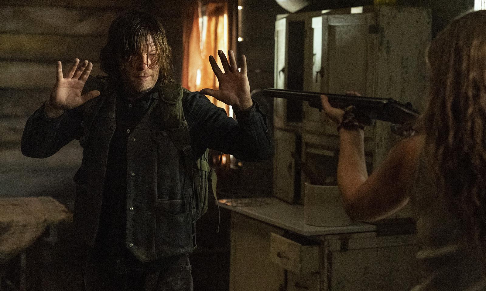 Leah apontando uma arma para Daryl em imagem do 18º episódio da 10ª temporada de The Walking Dead