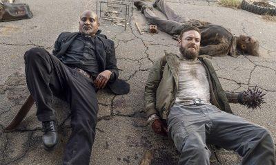 Gabriel e Aaron caidos no chão e sujos em imagem do episódio One More da 10ª temporada de The Walking Dead