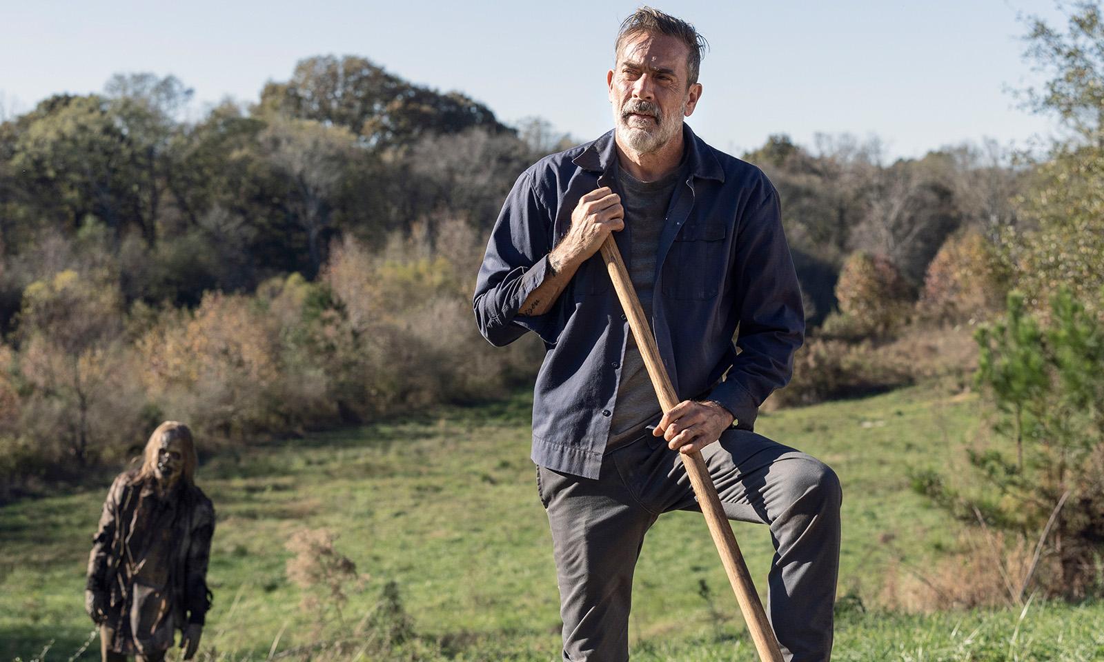 Negan procurando Lucille e um zumbi de fundo em imagem da 10ª temporada de The Walking Dead