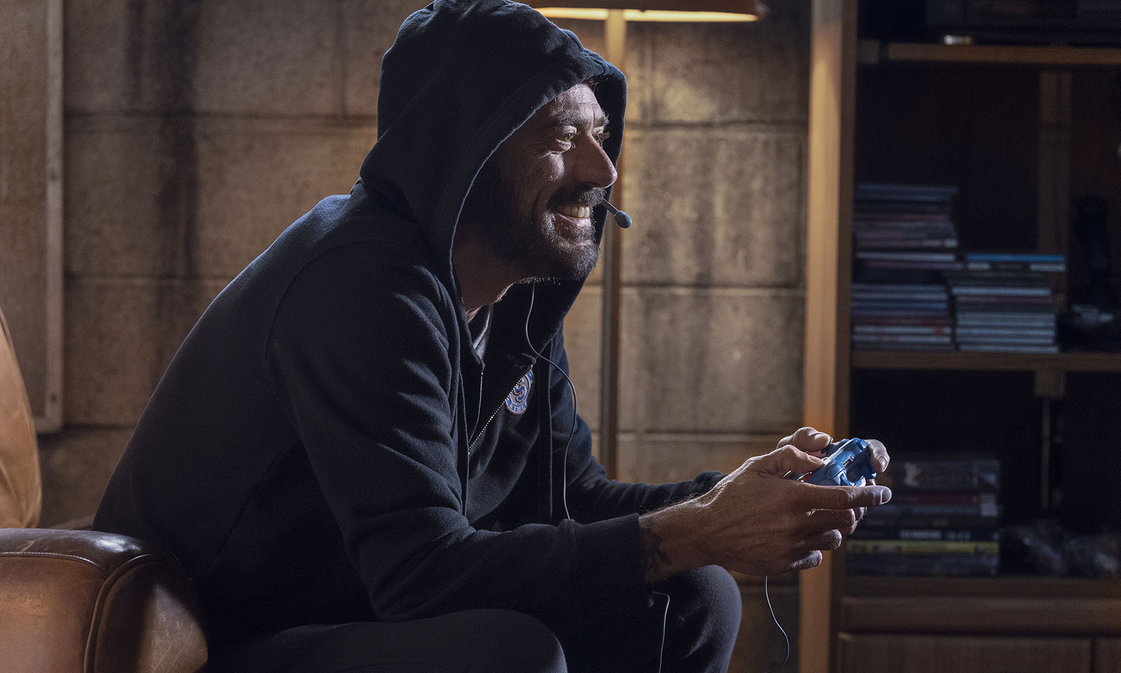 Negan jogando videogame em flashback mostrado no episódio Here's Negan da 10ª temporada de The Walking Dead