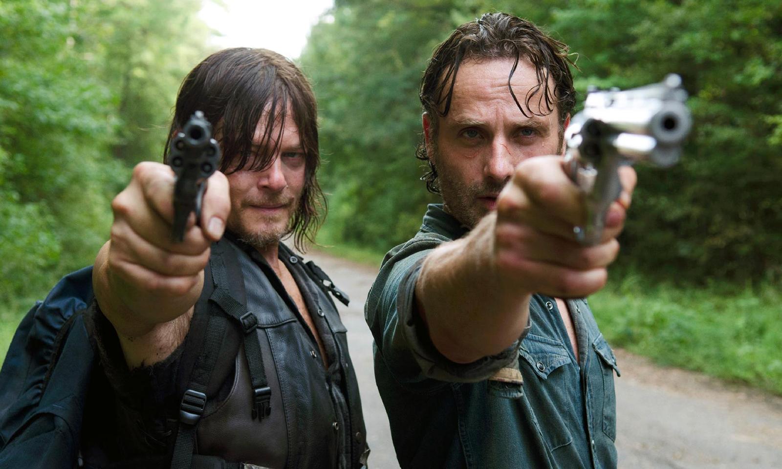 Rick e Daryl apontando suas armas em imagem de The Walking Dead