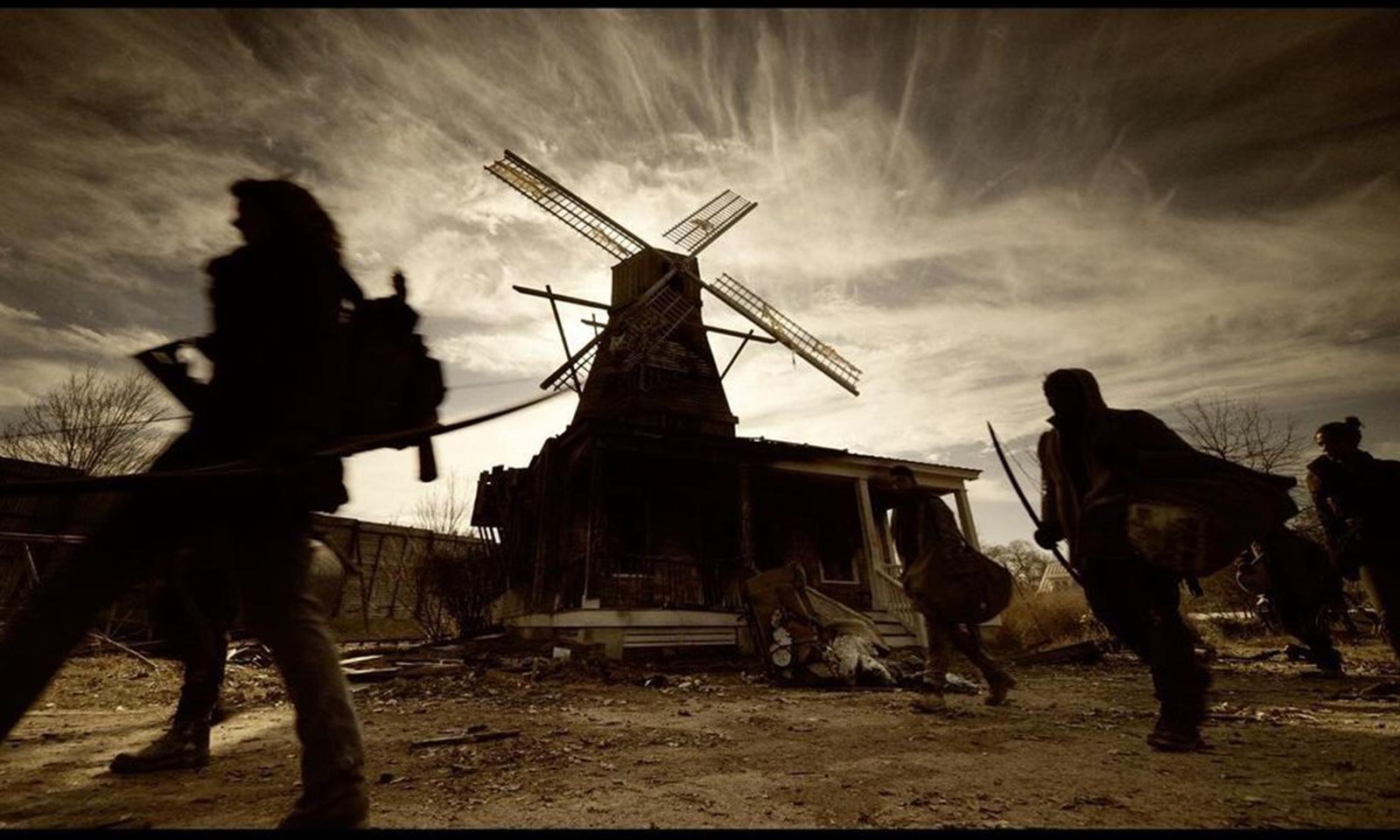 Maggie, Hershel, Elijah, Magna e outros personagens em movimento em Alexandria em imagem dos bastidores das gravações da 11ª e última temporada de The Walking Dead.