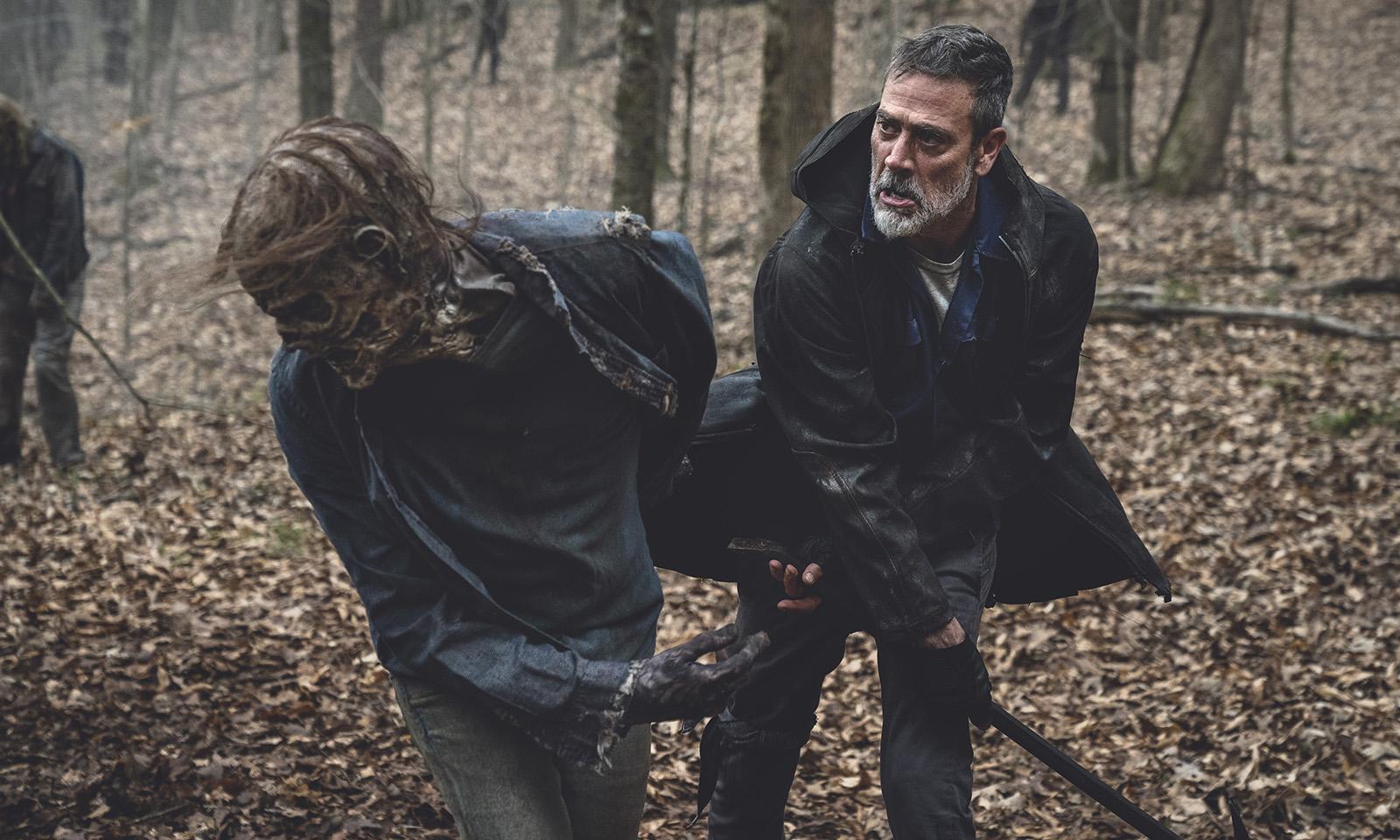 Negan matando um zumbi em imagem da 11ª e última temporada de The Walking Dead.