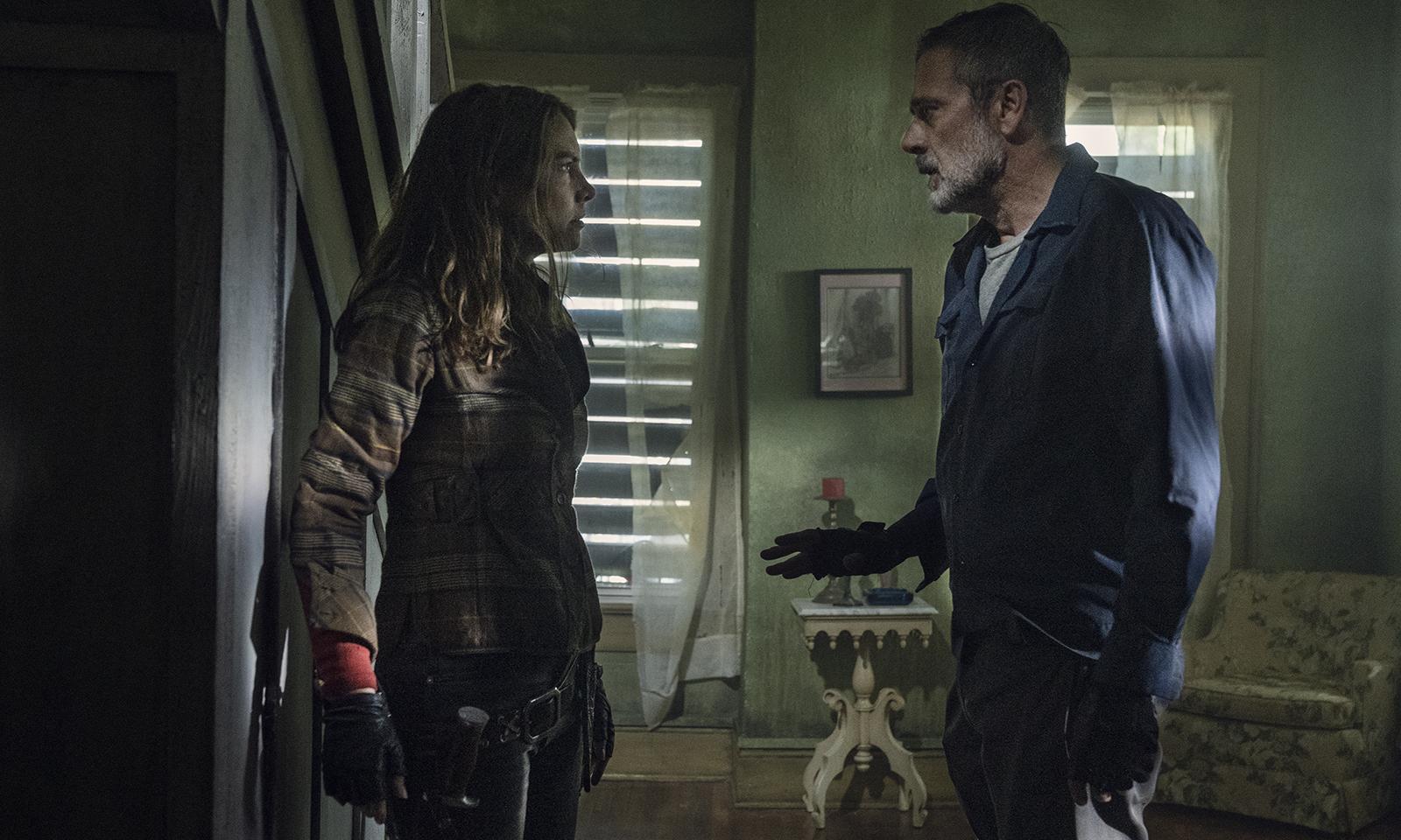 Maggie e Negan conversando em um local desconhecido em um episódio da 11ª e última temporada de The Walking Dead.
