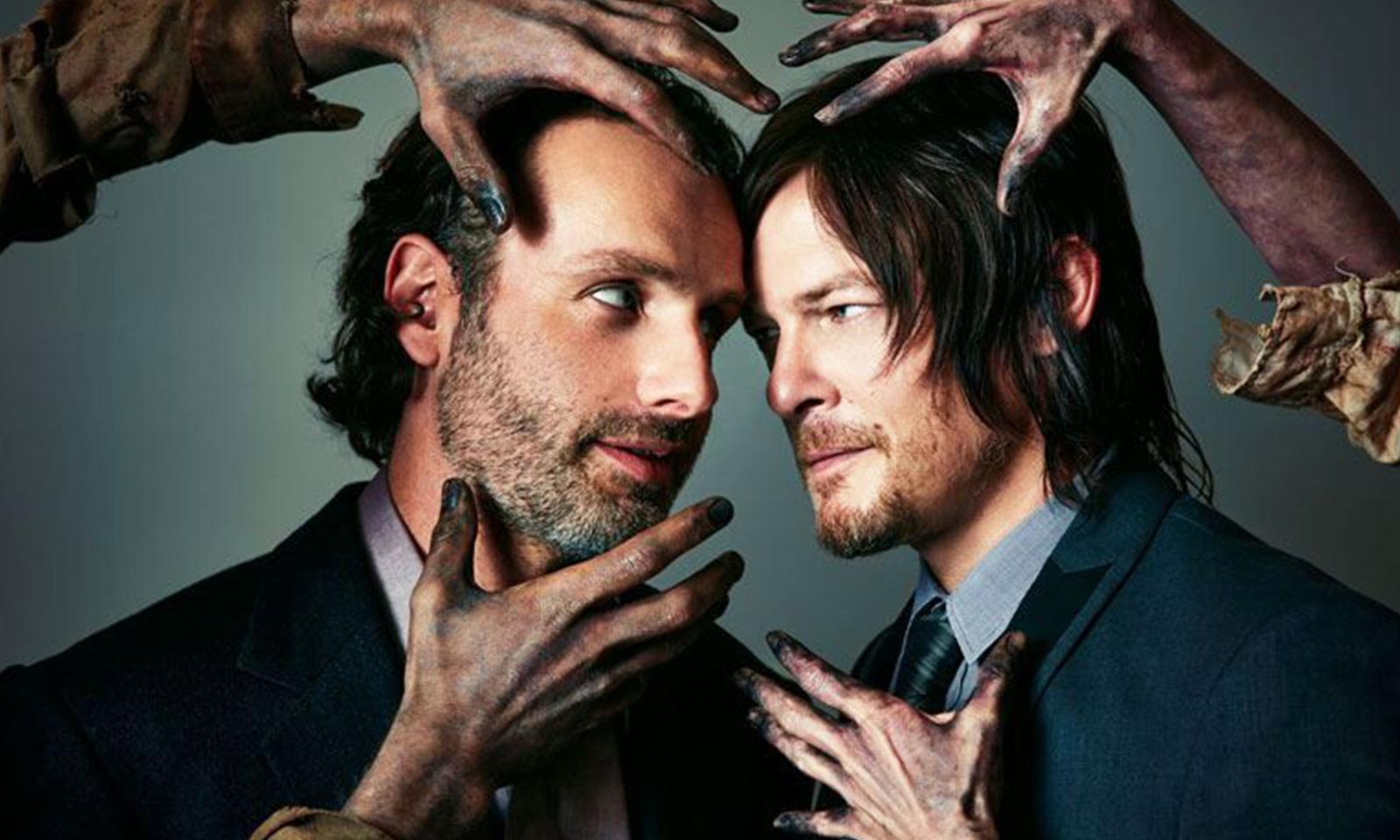 Norman Reedus (Daryl) e Andrew Lincoln (Rick) se encaram enquanto mãos de zumbis tentam pegá-los em ensaio fotográfico para a Atlanta Magazine.