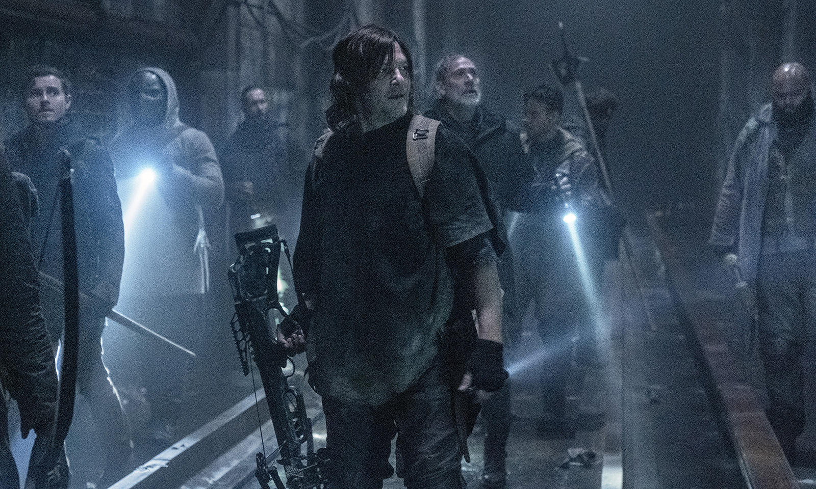 """Daryl, Negan e o grupo no metrô de DC no Episódio 1 - """"Acheron: Part I"""" da 11ª e última temporada de The Walking Dead."""