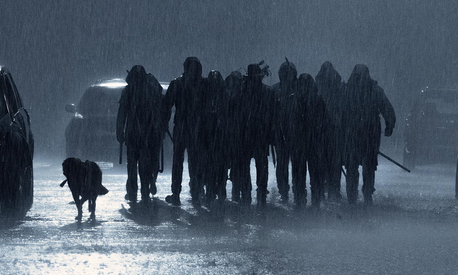 Sobreviventes na chuva em imagem do episódio 1 da 11ª e última temporada de The Walking Dead