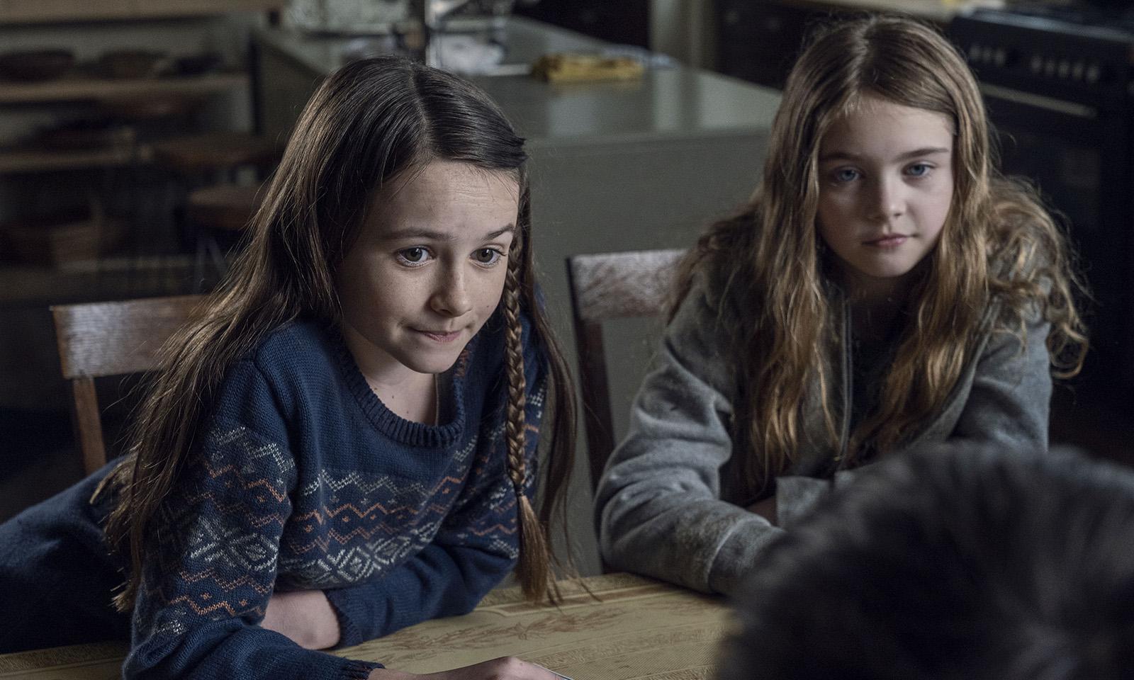 Judith e Gracie brincando com as outras crianças no episódio 3 - Hunted da 11ª temporada de The Walking Dead.