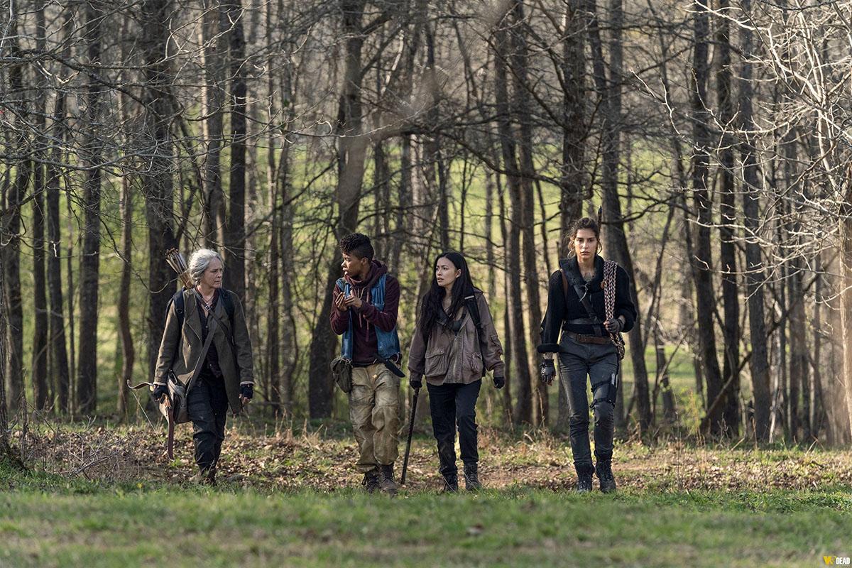 Carol, Kelly, Rosita e Magna caminhando pela floresta no episódio 3 - Hunted - da 11ª temporada de The Walking Dead.