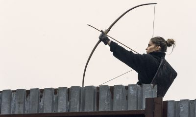 Magna apontando seu arco e flecha no episódio Hunted da 11ª temporada de The Walking Dead.