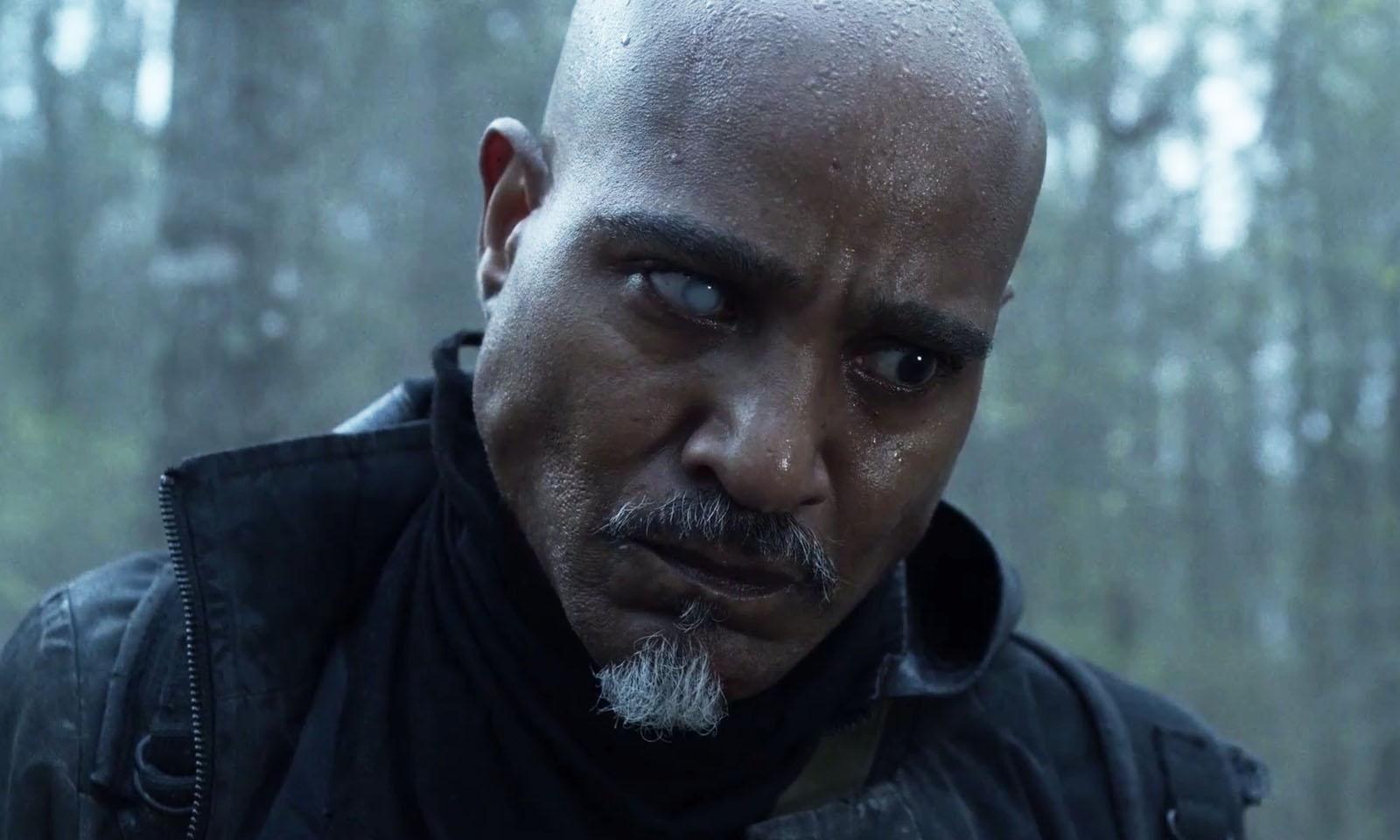 Gabriel encarando um ceifador ferido no episódio 3 da 11ª temporada de The Walking Dead.