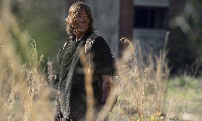 Daryl todo sujo de sangue observando algo ou alguém no episódio 4 - Rendition da 11ª temporada de The Walking Dead.
