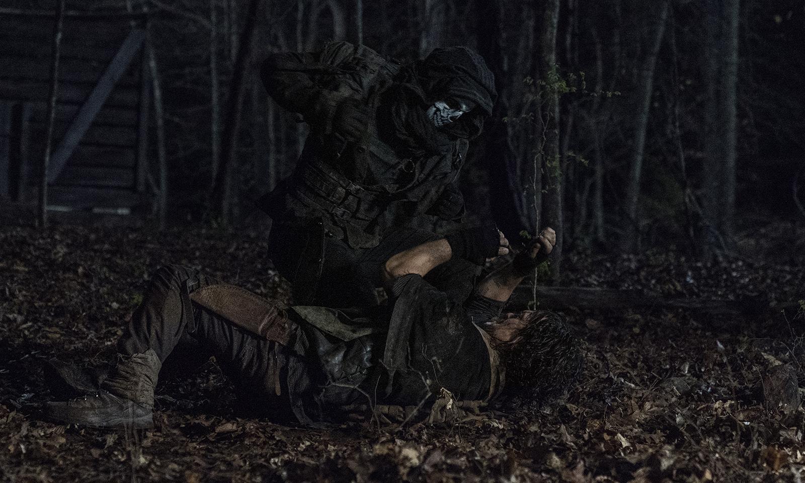 Daryl lutando contra um Ceifador no episódio 4 da 11ª temporada de The Walking Dead.